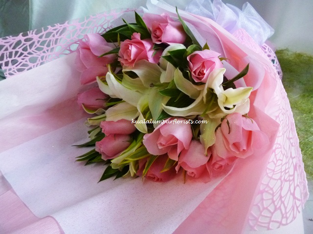 KLHB7367 (Mixed pink roses & lilies)